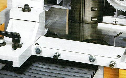 左立軸前の横押え装置